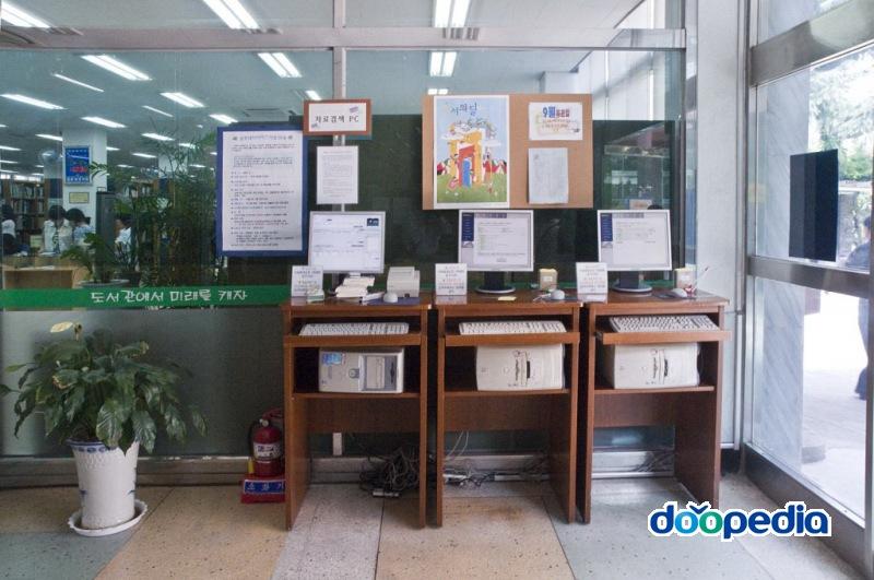 부산광역시립부전도서관 1층 로비 정보검색대