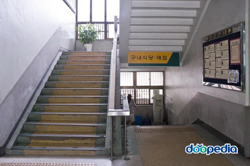 부산광역시립부전도서관 1층 계단