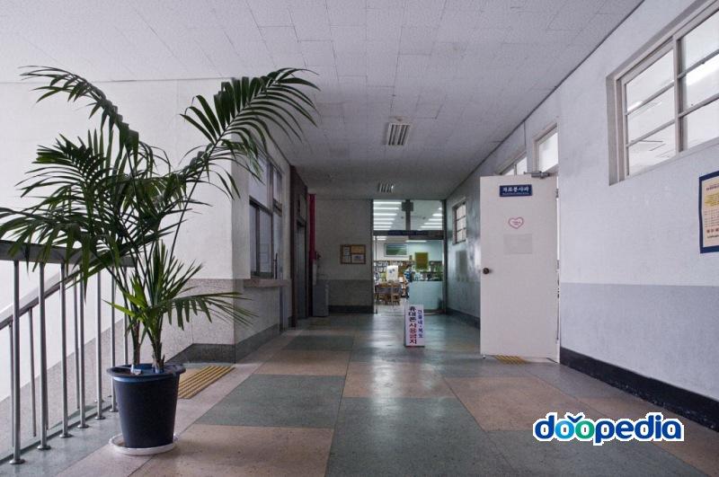 부산광역시립부전도서관 2층 복도 자료봉사과