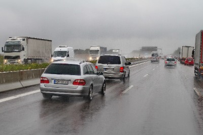 차에서 본 비 오는 독일 아우토반