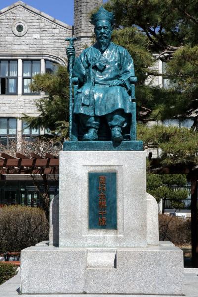 중앙고등학교, 원파 김기중 동상 05