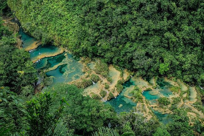 자연이 만든 에메랄드 빛 수영장과 옥수수 문명