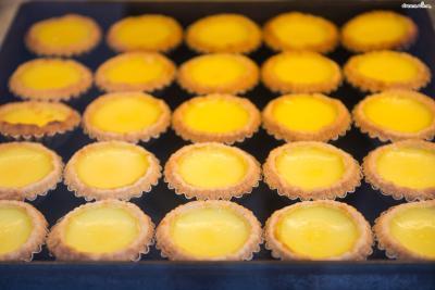 홍콩식 에그 타르트는 그을린 흔적 없이 구워내  표면이 매끈하고 먹음직스러운 황금빛이 돈다.
