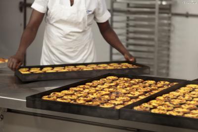 끝으로 포르투갈식은 굽는 과정에서 커스터드 크림 윗부분을 카라멜라이즈하여 그을린 표면을 띠는 게 특징이다.