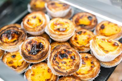 180도로 예열한 오븐에서 약 20분간 구워준다. 커스터드 크림의 표면이 진갈색으로 바뀔 때까지 구워내야  전통 포르투갈식 에그 타르트라고 할 수 있다.
