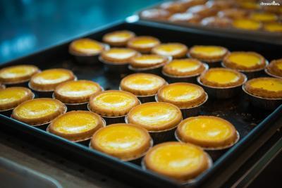 반면 홍콩식 에그타르트는 타르트 반죽을 사용해  쿠키와 같이 딱딱하고 밀도 있는 식감을 낸다.