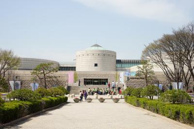 [1] 수식어  대한민국 최초의 국립 미술관,  대한민국을 대표하는 미술관,  우리나라 최고의 현대미술관,  영어로 MMCA라고도 불리는 곳,  경기도 과천, 또 서울과 청주에 위치한 국립현대미술관이다.