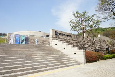 국립현대미술관은 일제강점기였던 1969년 경복궁에서 개관했지만,  1973년 왕의 거처가 덕수궁으로 옮겨지면서 함께 이전됐고  이후 1986년 현재 위치인 과천에 둥지를 틀었다.