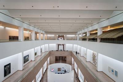 [6] 미술관 구성  국립현대미술관은 3층으로 구성되어 있다.  총 9개의 전시실이 갖춰져 있으며,  전시관마다 다양한 테마의 현대미술 전시가 열린다.
