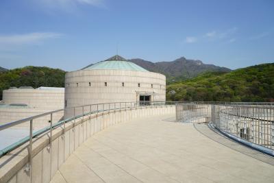 국립현대미술관은 자연과 어우러지는 멋진 건축물로도 유명하다.  과천관의 건물을 설계한 이는 튀니지 미국 대사관,  금호미술관 등을 설계한 김태수 건축가이다.