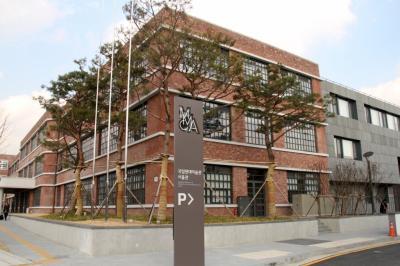 [10] 국립현대미술관 서울관  2013년 11월 개관했으며 종로구 소격동에 위치하고 있다.  옛 국군기무사령부 일대에 지어졌으며 경복궁과는 도로 하나를 사이에 두고 마주한다.  문화재(경복궁)를 비롯한 주변 경관을 고려해 지하 3층, 지상 3층의 높이로 지어졌지만  총 7개 동이 연결되어 있어 매우 큰 규모의 미술관이다.  지난 4월까지 개최된 서울관의 기획 전시 <마르셀 뒤샹展>은  20만 명의 관람객을 돌파하며 성황리에 마무리되었다.