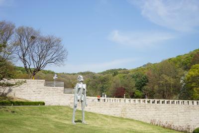 [8] 대표 소장품 2  야외 조각공원 입구에 위치한 조각상 《노래하는 사람》(1994)은  서울 광화문의 흥국생명 사옥 앞 《해머링 맨》으로 유명한  미국의 공공미술가 조나단 보롭스키의 작품이다.  《노래하는 사람》은 그의 대표작 중 하나로, 실제 작품에서는  조나단 보롭스키가 작곡한 노래가 새어나오며 국립현대미술관의  아름다운 자연풍광과 어우러져 독특한 정취를 자아낸다.