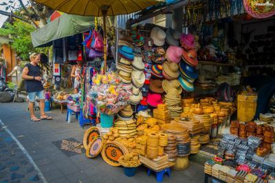오전 9시 정도가 되면 시장은 기념품, 의류, 그림 등 관광객들을 위한 공간으로 180도 변신한다. 우붓에 관광객들이 점차 늘어나자 자연스레 기념품 상점들이 많이 생겨난 것이라고.