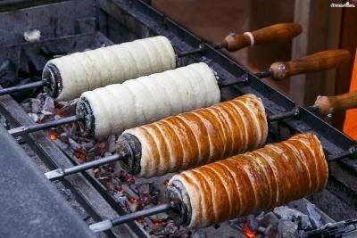 뜨르들로의 가장 큰 특징은 오븐이 아닌 직화로 빵을 굽는다는 것. 반죽을 감은 기다란 꼬챙이를 잘 달궈진 숯불 위에 올려서 마치 바비큐를 굽듯 돌려 가며 노릇하게 구워준다.