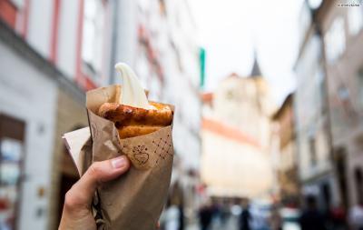 꼬챙이에 반죽을 마는 스타일도 가게마다 다른데,  전통 스타일인 원통형으로 만들어 안쪽에 초콜렛이나 과일잼을 발라주거나  소라빵 모양으로 만들어 텅 빈속을 아이스크림으로 채우기도 한다.