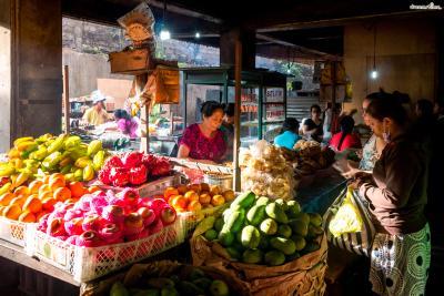 이른 새벽 시간(오전 6시부터 8시까지)에는 주로 과일을 비롯한 농수산물이나 직접 만든 음식들을 사고판다. 현지인들의 비율이 높은 전통 재래시장을 구경하고 싶다면 서둘러 방문해야 한다.