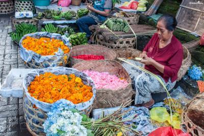 우붓 시장을 다니다 보면 바구니에 알록달록한 꽃송이가 수북히 담겨 있는 모습이나  머리에 꽃을 꽂고 다니는 사람들을 쉽게 볼 수 있는데,  그 이유가 바로 힌두교 의식과 연관돼 있는 것이다.