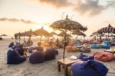 인도네시아 휴양지하면 발리가 가장 먼저 떠오른다. 발리섬 외곽을 따라 서핑하기 좋은 해변들과 고급스러운 리조트들이 자리한 반면, 유일하게 내륙에 위치한 관광 지역이 한 곳 있다.