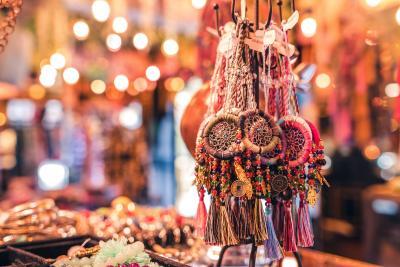 발리 전통예술을 화폭에 담아낸 정교한 그림과 목각 인형을 비롯한 공예품들, 핸드메이드 액세서리 등 발리 사람들의 손재주가 얼마나 뛰어난지 알 수 있다.  (사진 출처: unsplash)