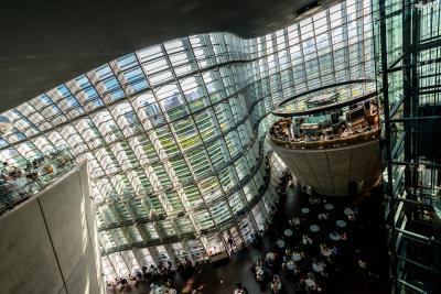 [8] 미술관 구성  국립신미술관은 지하1층부터 지상3층으로 되어 있다.  지하: 뮤지엄숍과 카페 1층: 로비, 안내소, 전시실과 카페, 야외전시장 2층: 전시실과 카페 3층: 전시실과 강당, 아트도서관, 레스토랑