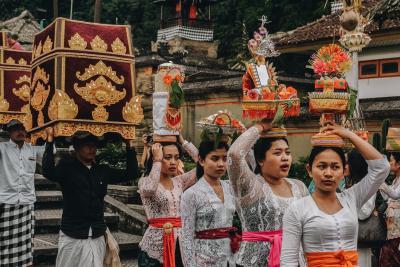 마켓 구경 포인트 ①|신들의 섬 발리  힌두교를 믿는 발리 사람들은 매일 신들에게 제물을 바친다고 한다.  발리에서 흔히 볼 수 있는 장면 중 하나가 화려한 전통의상을 입은 여인들이 머리에 제물을 얹고 사원으로 걸어가는 행렬인 것은 이 때문이다.  (사진 출처: unsplash)