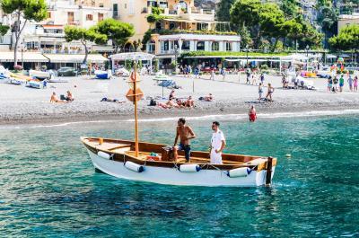 아말피 해안에 자리한 10여 개의 마을들 모두 매력적이지만 이중 단 한곳만을 뽑아야 한다면 두말할 것 없이 포지타노이다. 이곳은 아말피 해안 도로의 피날레이자 아말피 코스트의 상징과도 같다.