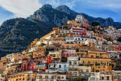 멀리서 보면 거대한 산으로 착각할 것 같은 마을 전경. 언덕을 가득 메우고 있는 알록달록한 가옥들은 포지타노의 상징이 됐다.  (사진 출처: unsplash)