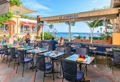 언덕 꼭대기로 올라갈수록 훌륭한 해변 전망을 가진 레스토랑들이 모여 있다. 최고의 전망을 자랑하니만큼 음식 가격대는 꽤 비싼 편이지만  로맨틱한 시간을 보내기에는 후회 없는 선택일 것이다.