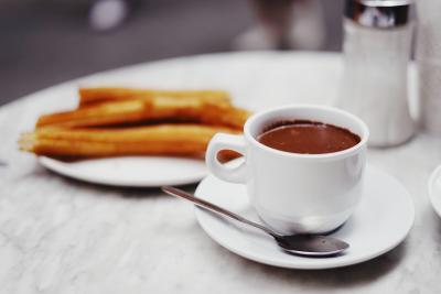 초콜라떼(핫 초콜릿)는 음료보다 소스 쪽에 가까울 정도로 걸쭉한 편인데, 기본 재료인 코코아 파우더와 설탕에 추가로 소량의 옥수수 전분을 넣어주기 때문이다.  (사진 출처: unsplash)