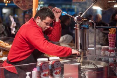 완성된 반죽은 짤주머니에 넣어 뜨거운 기름에 일정한 길이로 짜 넣는다. 질 좋은 올리브 생산국으로 이름난 스페인에서는 라이트 올리브유를 사용해 추로스를 튀긴다.