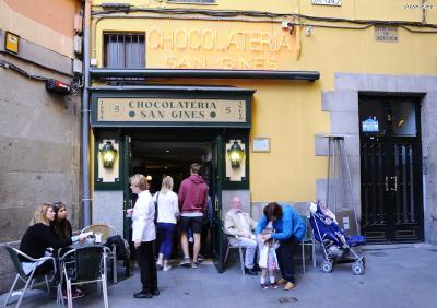 [궁금증5. 최고급 추로스를 맛볼 수 있는 곳은?] 1894년 마드리드에 문을 연 스페인 정통 추로스 전문점 초콜라테리아 산 히네스(Chocolateria San Gines)는 마드리드 대표 맛집이다.  이곳 추로스는 담백함이 특징이며, 얇은 것과 두꺼운 것 두 종류를 판매한다.