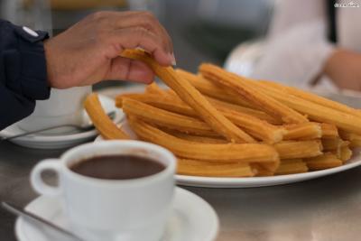 우리에겐 놀이공원이나 극장에 가야 사먹을 수 있는 특별 간식이지만 스페인 사람들에게는 일상적이고 친근한 음식에 가깝다.  노천카페에 앉아 아침식사로 추로스를 먹으며 하루를 시작하니 말이다.