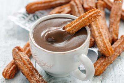 또한 스페인 사람들은 과음한 다음 날 숙취를 풀기 위해  추로스 콘 초콜라떼를 먹는다고 한다.  얼큰한 해장국으로 속을 푸는 우리에게는 다소 독특한 방법처럼 느껴지지만  의외로 초콜릿이 알코올 분해에 탁월한 효능이 있다고.