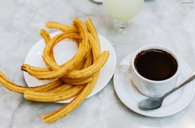 스페인 식민 시절, 남아메리카의 초콜릿이 유럽에 전파되면서 추로스를 핫 초콜릿과 함께 즐기기 시작했다고 한다. 사실 스페인식 초콜라떼는 핫 초콜릿의 원조국인 멕시코의 스타일을 따라한 것이다.