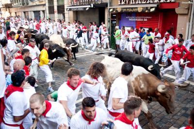 [3] 스페인 팜플로나(Pamplona, Spain)  헤밍웨이는 거트루드 스타인의 추천으로 스페인의 산 페르민 축제를 알게 됩니다.  매년 7월 스페인 팜플로나에서 열리는 산 페르민 축제는 스페인을 대표하는 투우 축제로,  투우에 쓰이는 소들과 거리를 달리는 소몰이 행사가 특히 유명한데요.  1923년 처음으로 산 페르민 축제에 방문한 헤밍웨이는 그뒤 매년 팜플로나를 찾을 정도로 이 축제에 매료됐으며  평소 남성적인 스포츠에 끌렸던 헤밍웨이는 이후 투우에 열렬한 애정을 가지게 됩니다.