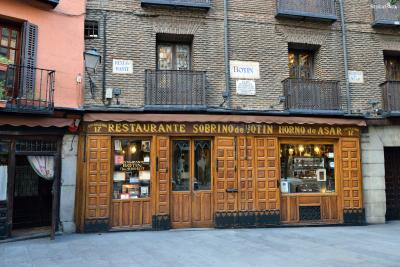 ▲엘 소브리노 데 보틴(El Sobrino de Botín)  엘 소브리노 데 보틴은 헤밍웨이의 대표적인 마드리드 단골 레스토랑이자  1725년에 시작되어 기네스북에서 현존하는 가장 오래된 식당으로 기록된 곳입니다.  헤밍웨이는 『태양은 다시 떠오른다』의 마지막 장면 속 배경으로 이곳을 등장시켰습니다.