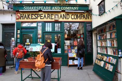 ▲셰익스피어 앤 컴퍼니(Shakespeare and Company)  파리의 대표적인 관광 명소인 서점 셰익스피어 앤 컴퍼니는  어니스트 헤밍웨이를 비롯해 제임스 조이스 등 여러 문인들의 단골 서점으로도 유명합니다.  1919년에 처음 문을 연 서점으로, 올해 100살이 된 유서 깊은 서점입니다.