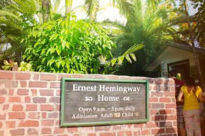 ▲키웨스트 헤밍웨이 하우스(Ernest Hemingway House)  키웨스트에서 헤밍웨이가 살던 저택으로, 지금은 박물관으로 쓰이고 있습니다.  그의 집필실과 수영장, 그가 기르던 고양이들의 후손들까지 만나볼 수 있습니다.  헤밍웨이는 이 집에서 『킬리만자로의 눈』, 『오후의 죽음』 등의 작품들을 썼습니다.