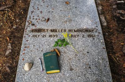 ▲헤밍웨이의 무덤(Hemingway's Grave in Ketchum Idaho)  그의 무덤 역시 케첨에 위치해 있어 많은 이들이 찾는 명소가 되었습니다.  무덤에는 헤밍웨이의 이름과 생애 연도만 적혀 있지만 그는 자신의 무덤에  'Pardon me for not getting up(일어나지 못해 미안하다)'라는 유머러스한 문구를 원했다고 합니다.