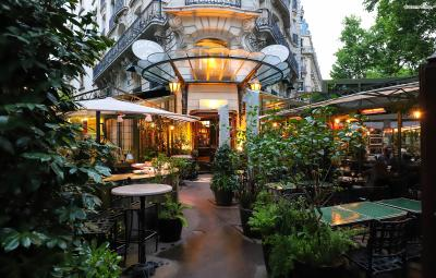 ▲라 클로즈리 데 릴라(La Closerie des Lilas)  헤밍웨이는 '르 돔', '르 셀렉트' 등 파리 곳곳에 여러 단골 카페를 두었는데요.  헤밍웨이가 몽파르나스에서 거주할 때 그의 집에서 가장 가깝고 파리에서 가장 괜찮은 카페라고  평하기도 했던 라 클로즈리 데 릴라는 그가 주로 글을 쓰던 카페로 알려져 있습니다.  이곳은 그의 소설 『태양은 다시 떠오른다』의 도입부에 배경으로 등장하기도 합니다.
