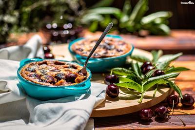 [궁금증1. 클라푸티란?] 커스터드와 비슷한 반죽에 블랙체리나 계절과일을  듬뿍 넣고 구워낸 타르트 혹은 프렌치 푸딩. 클라푸티는 프랑스 가정에서 흔하게 만들어 먹는 전통 디저트이다.