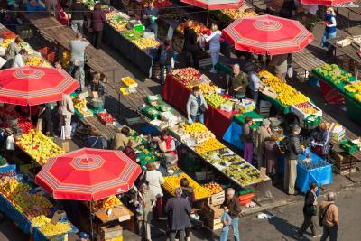 시장은 1926년에 조성돼 자연스럽게 규모를 키워왔다.  싱싱한 과일과 채소, 고기와 생선을 매일같이 판매한다는 의미에서  '자그레브의 배'라는 별명이 생겼다고 한다.