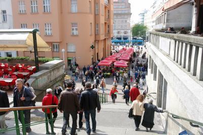 나머지 하나는 반옐라치치 광장을 가로질러 가는 방법이다. 옐라치치 총독 동상을 지나 왼쪽으로 직진하면  인파 사이로 빨간색 파라솔 무리가 보일 것이다. 그 앞으로 쭉 걷다가 계단을 따라 올라가면 시장이 나온다.