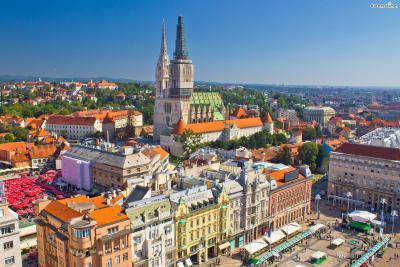 연예인의 해외 배낭 여행기를 담은 리얼 버라이어티 예능 <꽃보다 누나>에 등장하면서 순식간에 인기 여행지로 등극한 크로아티아. 두브로브니크, 스플리티, 자다르 등 아름다운 도시들 가운데, 크로아티아 수도이자 여행의 시작점인 '자그레브'의 대표 시장을 소개하려 한다.