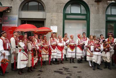 ▲노점상을 가득 메운 빨간색 줄무늬 천막의 정체는 셰스틴스키 우산이다.  셰스틴스키 우산은 크로아티아 전통 의상을 구성하는  장신구 중 하나로, 관광객들에게는 기념품으로 인기가 좋다.