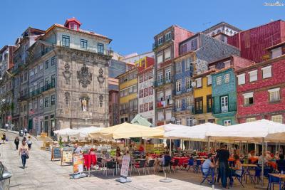 세계의 많은 여행자들은 포르투를 사랑과 낭만의 도시로 묘사한다. 수도 리스본에 비해 규모가 작은 편이라 정겹고 아기자기한 분위기를 뿜어낸다. 여기에 독특한 건축 양식의 빛바랜 건물들이 이 도시를 더욱 사랑스럽게 만들어준다.