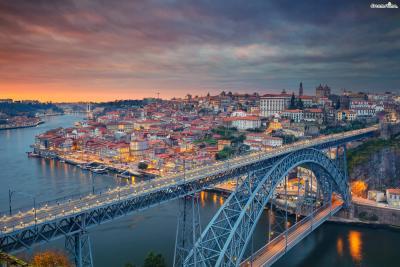 구시가지와 신시가지를 잇는 포르투의 랜드마크  ▲동 루이스 1세 다리는 포르투에서 가장 로맨틱한 장소로 꼽힌다.