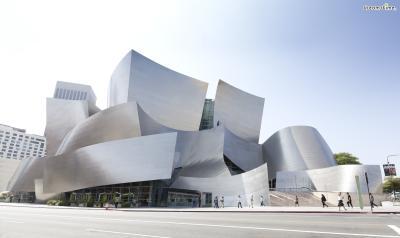 [9] 미국 로스앤젤레스 월트 디즈니 콘서트홀(Walt Disney Concert Hall, Los Angeles, US)  로스앤젤레스의 랜드마크가 된 곳입니다. 프랭크 게리의 대표작이기도 한데요.  월트 디즈니가 추구하는 개방성과 자유분방함이 건축에 그대로 녹아있습니다.  로스앤젤레스 필하모닉스와 로스앤젤레스 합창단의 주 공연장이며,  공연이 없는 시간에도 누구에게나 열려 있습니다. 콘서트홀 투어도 있다고 하네요.