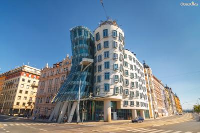 [11] 체코 프라하 댄싱 하우스(Nationale Nederlanden Building, Prague, Czech Republic)  '댄싱 하우스(Dancing House)'라는 별명으로 더 유명한 체코 내셔널 네덜란덴 빌딩.  프랭크 게리가 크로아티아 출신의 체코 건축가 블라도 밀루니치와 합작한 작품으로,  20세기 브로드웨이에서 활약했던 무용가 커플 '프레드와 진저'를 모티브로 설계했습니다.  내부에는 갤러리, 카페, 레스토랑, 전망대 등 다양한 시설들이 마련돼 있어 많은 이들이 방문합니다.