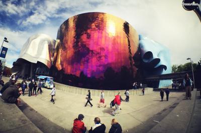 [8] 미국 시애틀 뮤지엄 오브 팝컬쳐(Museum of Pop Culture, Seattle, US)  2000년 설립된 미국 시애틀의 대중음악 박물관, 뮤지엄 오브 팝컬쳐(MoPop).  하이든과 같은 클래식 음악을 즐겨들었던 프랭크 게리는 이 박물관을 지으면서  지미 헨드릭스와 같은 팝 아티스트들의 음악에 빠져들었다고 합니다.   지미 헨드릭스의 기타 선율을 영감 삼아 이 박물관을 '부서진 기타'처럼 디자인했으며  중앙 부분의 메탈을 보라색으로 채색해 지미 헨드릭스의 분위기를 형상화했습니다.